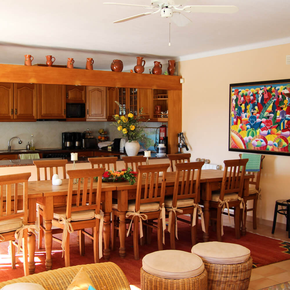 Well-equipped kitchen and common area to prepare meals during the holidays