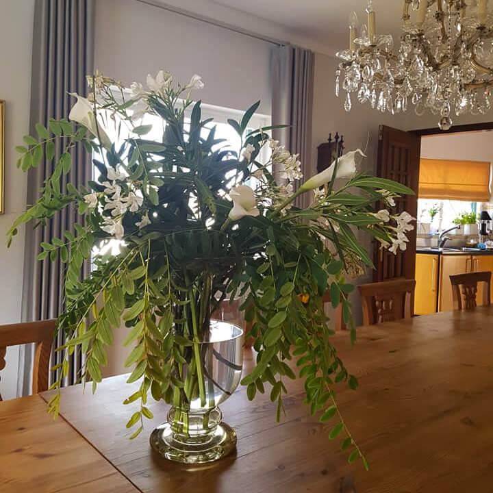 Flower arrangements are also present in the interior spaces of Vila de Sol
