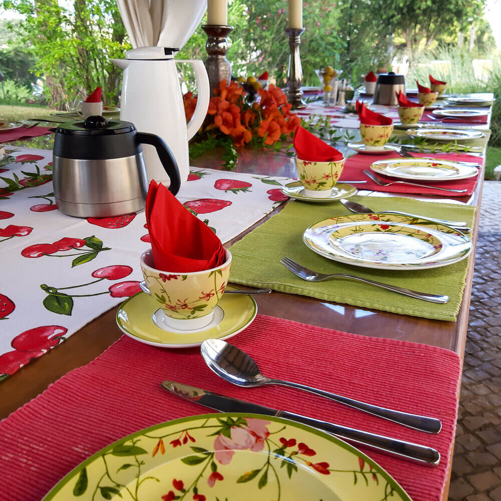 Meals can be eaten outside in the middle of the garden of our family holiday house in Sesimbra