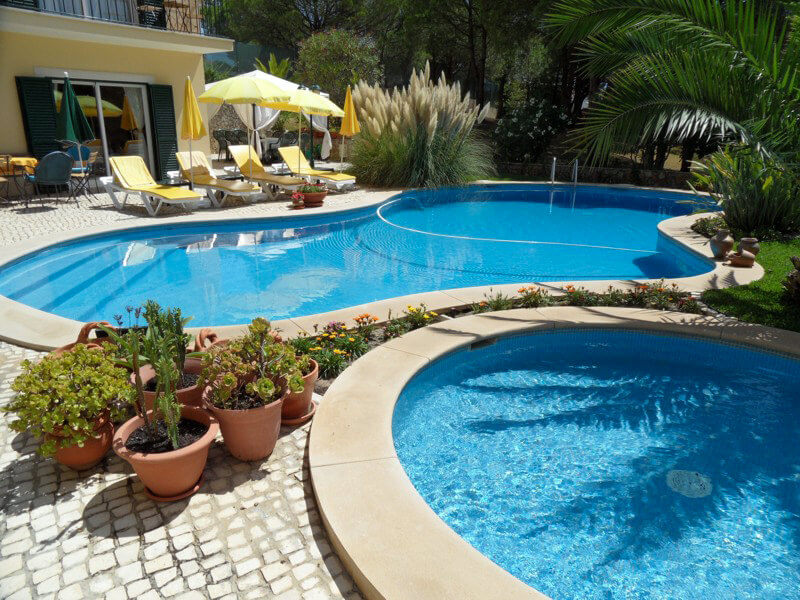 The two swimming pools at the Vila de Sol holiday house in Sesimbra